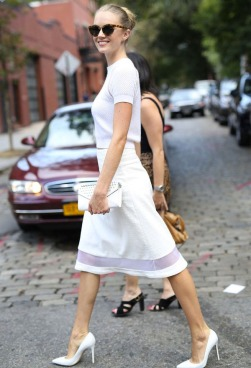 street-style-look-escritorio-total-branco-scarpin-saia-midi